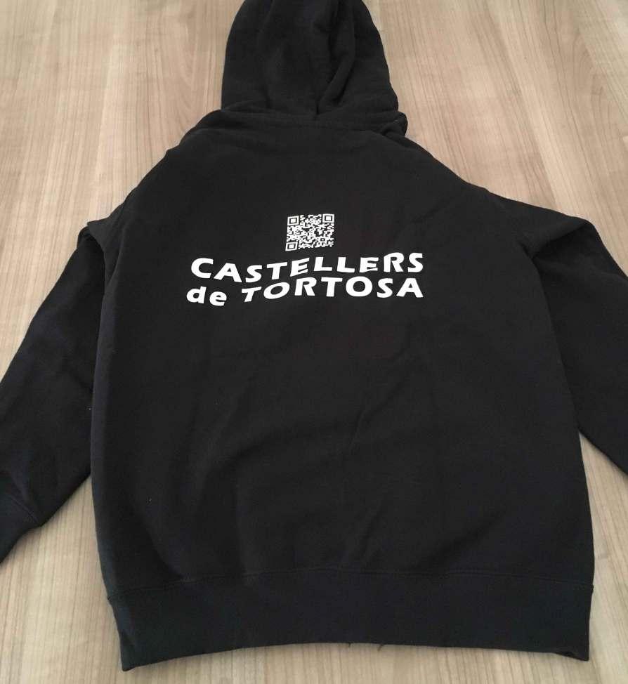 Dessuadora dels Castellers de Tortosa oberta detras