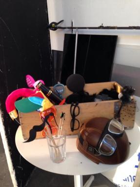 Cappelli e cappellini, occhialini e occhialoni, caschi, baffi, piume e becchi