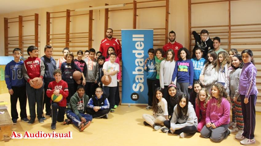 Els jugadors de la Bruixa d´Or Manresa  Oliver Arteaga i Charis Giannopoulo visiten l´Escola Jaume Balmes de Castellbell i el Vilar .