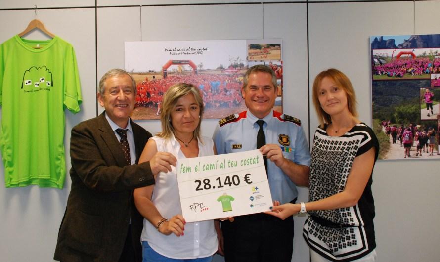 Els Mossos d'Esquadra lliuren els diners de la Caminada Solidària als Serveis d'Oncologia de la Regió Central.