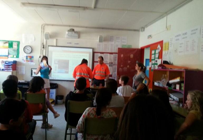 Voluntaris de Protecció Civil de Castellbell i el Vilar ensenyen el bon ús dels petards als alumnes del Ceip Jaume Balmes de Castellbell i el Vilar