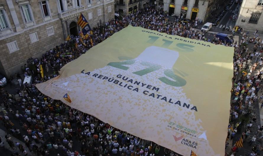 Milers de persones omplen a vessar la plaça Sant Jaume