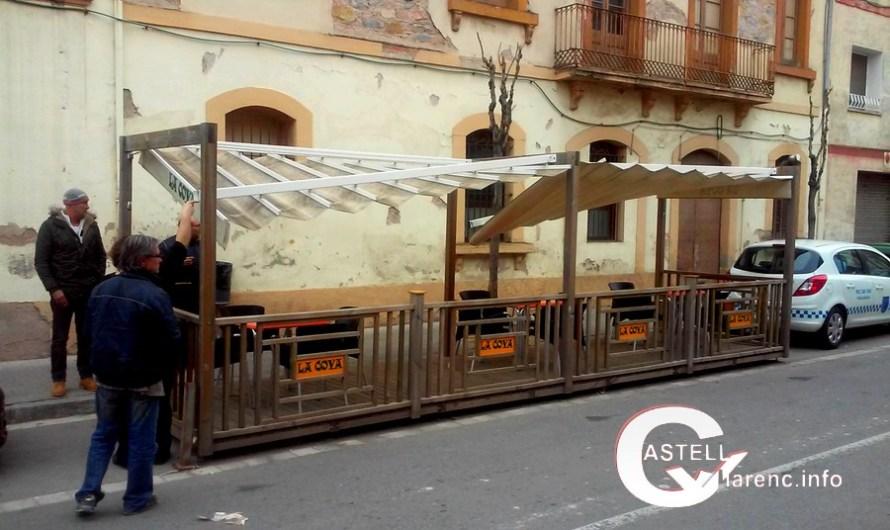 Un camió destrossa parcialment el toldo de la terrassa d'un bar del Borràs