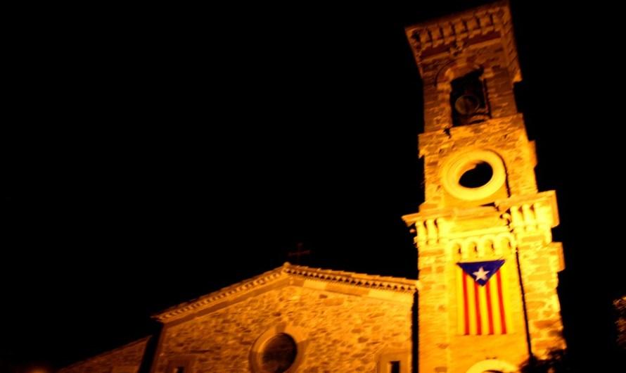 La marxa de torxes de Castellbell i el Vilar «Resisteix» a la pluja.