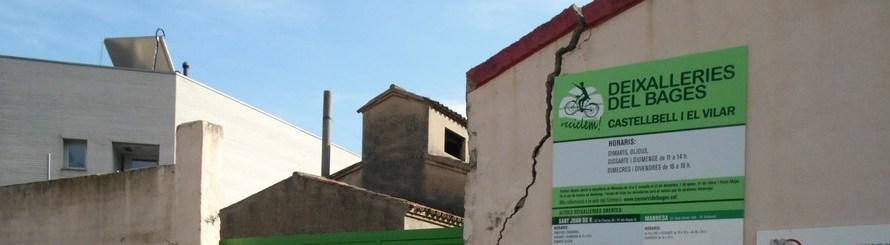 Apareix una gran esquerda en una de les parets de l'accés a la deixalleria de Castellbell i el Vilar.