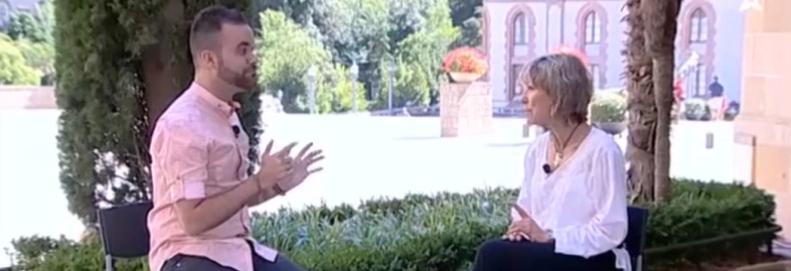 Mari Pau Huguet s'emociona a Montserrat en directe per a un programa de les televisions locals.