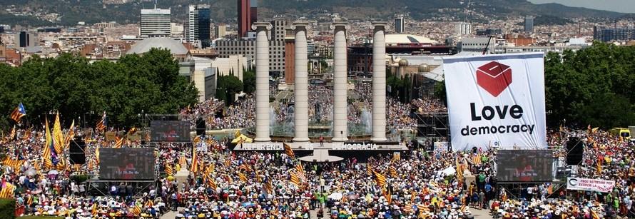 Un grup de castellvilarencs independentistes assisteixen a Montjuïc (Barcelona) a l'acte per defensar el referèndum de l'1 d'octubre.