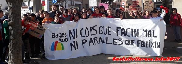 Els alumnes del SI Bages Sud, de Castellbell i el Vilar, es manifesten contra la violència de genere.