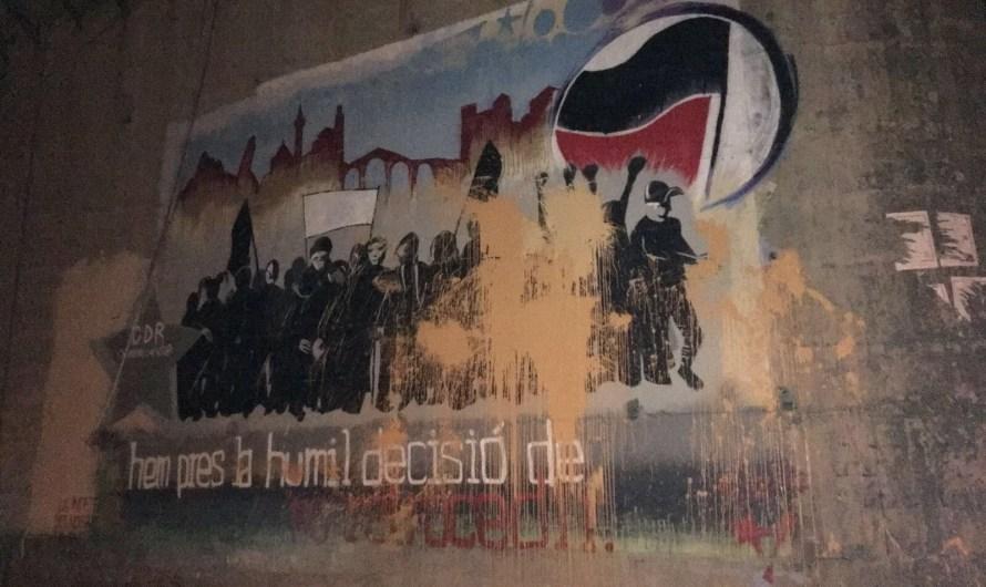 Un grup de feixistes llancen pintura carbassa al nou mural pintat pel CDR de Castellbell i el Vilar.