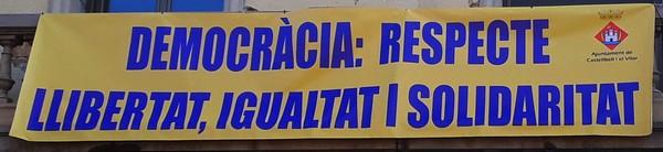 L'Ajuntament de Castellbell i el Vilar penja una pancarta per la democràcia.