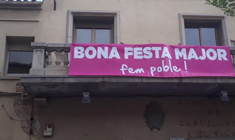 L'ajuntament de Castellbell i el Vilar penja una pancarta de benvinguda a la FM, al seu balcó.