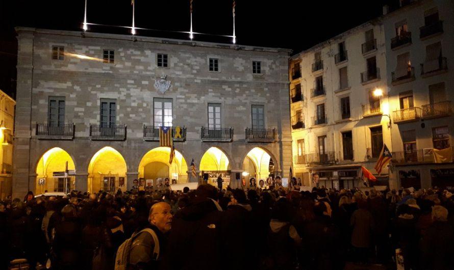 La plaça major de Manresa s'omple per demanar la llibertat dels presos polítics.