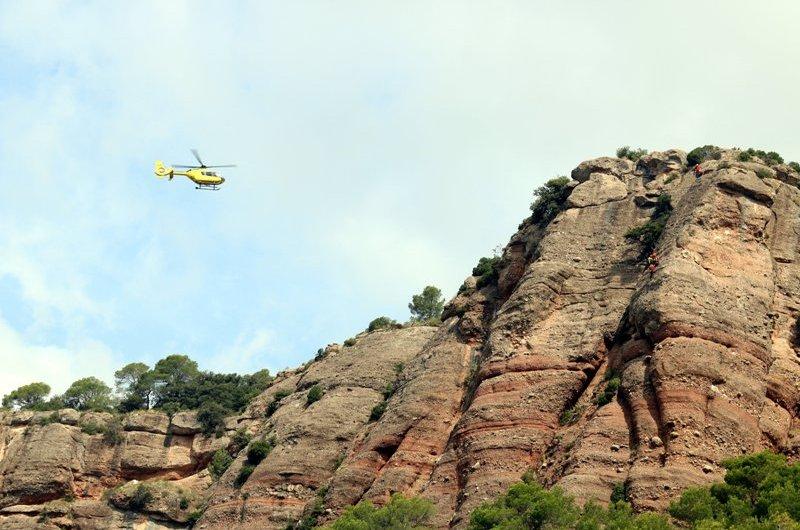 Els Bombers rescaten un escalador després de caure 15 metres i quedar penjant de la corda a uns 30 metres del terra