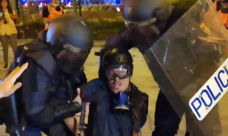 La Policia Nacional s'endú detingut i emmanillat per l'esquena el fotoperiodista d'El País Albert Garcia