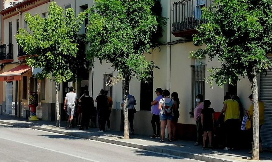El distanciament social per la Covid-19, provoca cues per comprar coques de Sant Joan.
