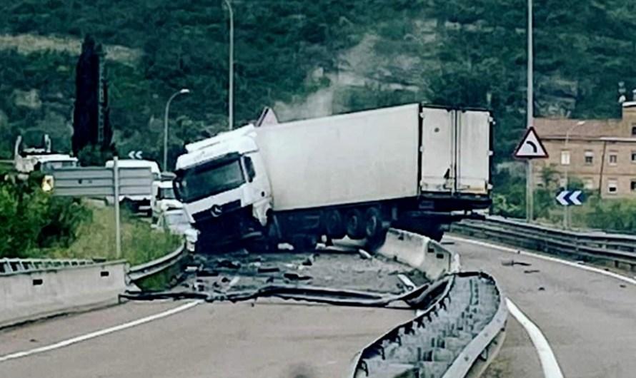 Un Camió fa tisora a la C-55 a Sant Pau