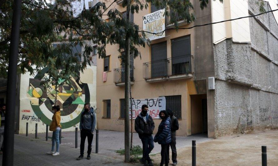Un grup de joves de Manresa es nega a abandonar un habitatge ocupat