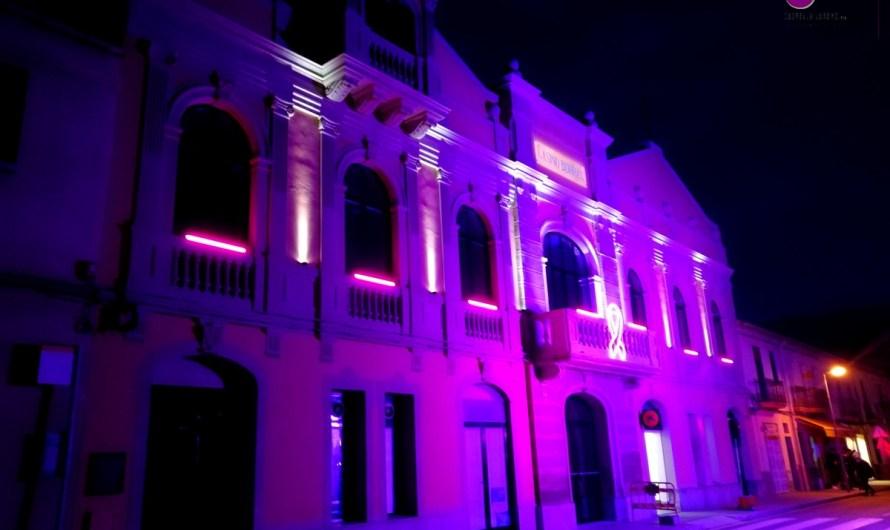Il·luminen la façana del Casino Borràs en memòria a les víctimes de violència de gènere.