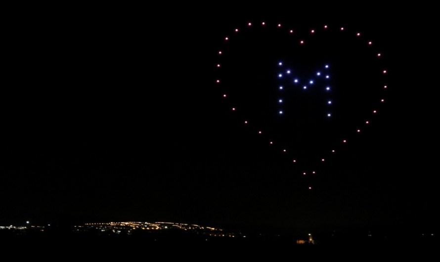 El cel de Manresa s'il·lumina amb motius nadalencs amb drons