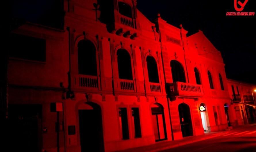 La façana del Casino Borràs es tenyeix de vermell.