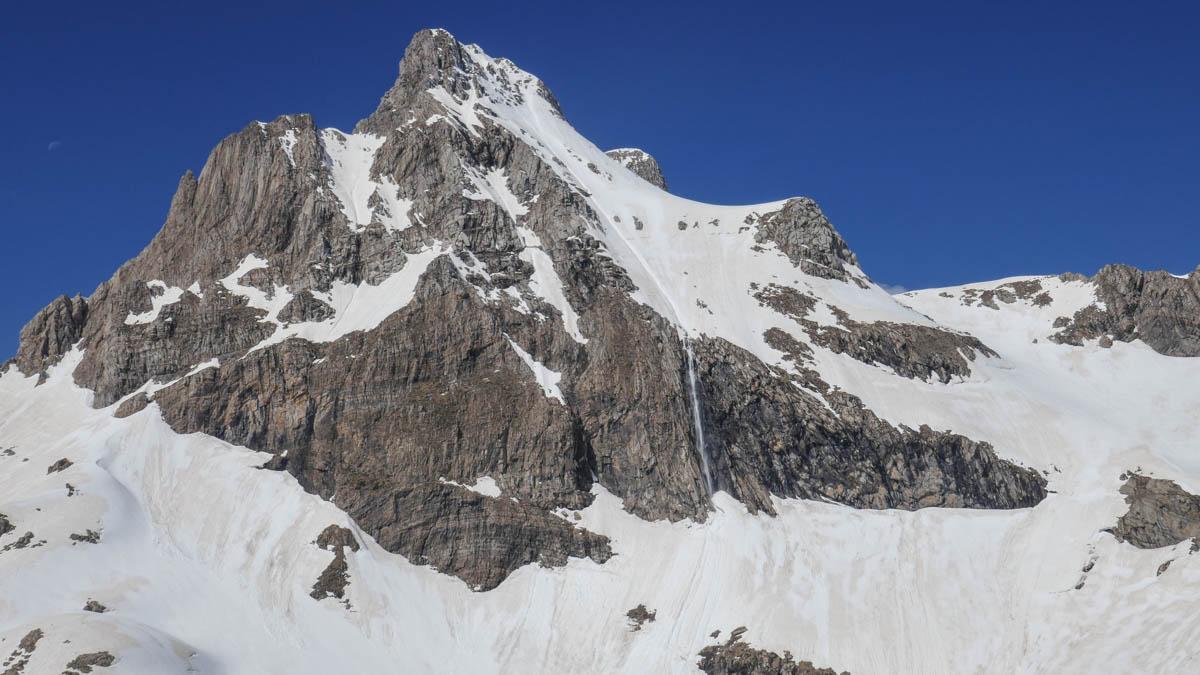 Aspe con esquí de montaña