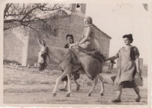 Cauvaqueras pasando por delante de la ermita de San Bartolomé