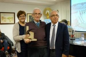 Santiago Isla, presidente del Centro Cultural de Tarragona, recibe un obsequio de manos de nuestras autoridades