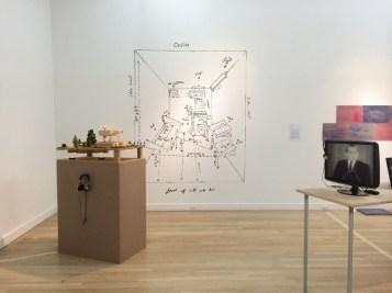 Zellenskizze an der Wand während der Ausstellung
