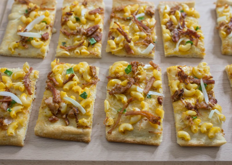 easy gameday recipe: Barbecue Mac n cheese flatbread