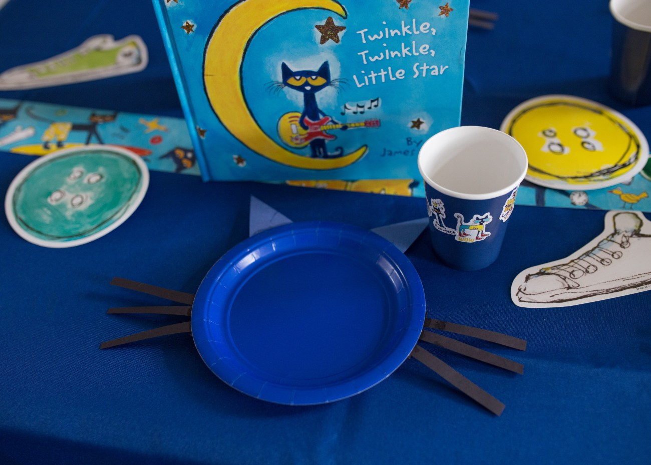 Pete the cat party DIY decorations table