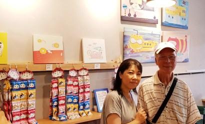 P與親愛的爸爸合影於周水茶舖畫插畫個展