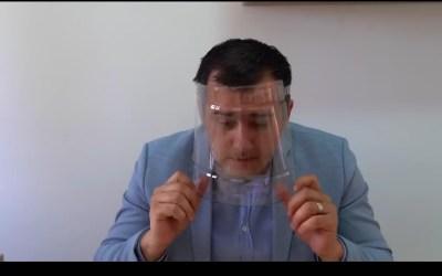 Opoziția cu bidonul de plastic pe cap
