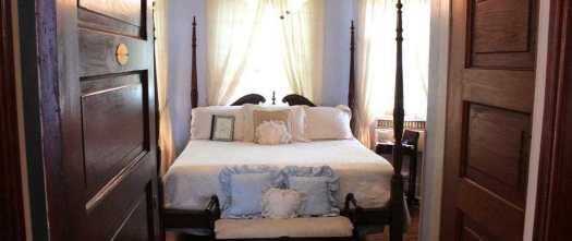 patul orientat cu picioarele direct spre usa