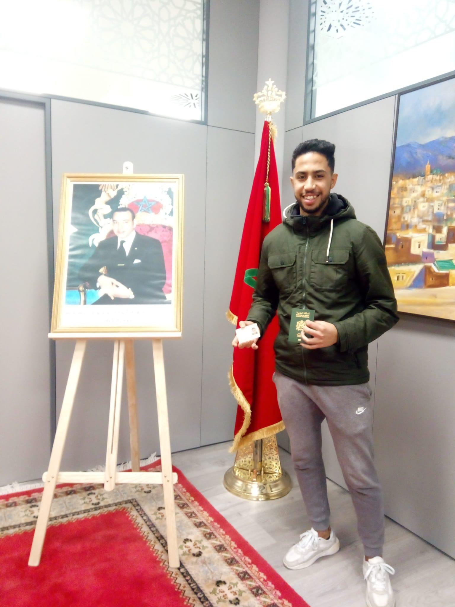 فرحة قاصر مغربي لحظة استيلام جواز السفر بالقنصلية العامة للمملكة المغربية ببرشلونة.