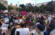 مئات من المحتجين يطالبون بتسوية وضعية المهاجرين بدون أوراق في برشلونة.