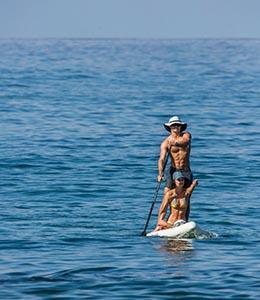Couple en paddle sur la mer