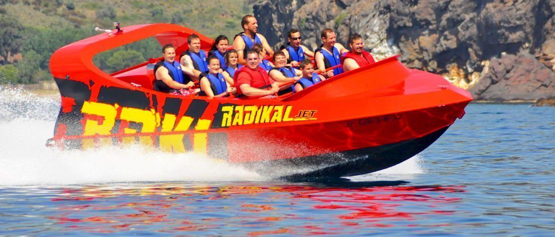 Radikal Jet Tenerife, una experiencia única para amantes de las sensaciones fuertes. Un nuevo concepto de speedboat, más de 440CV para disfrutar como nunca del agua.