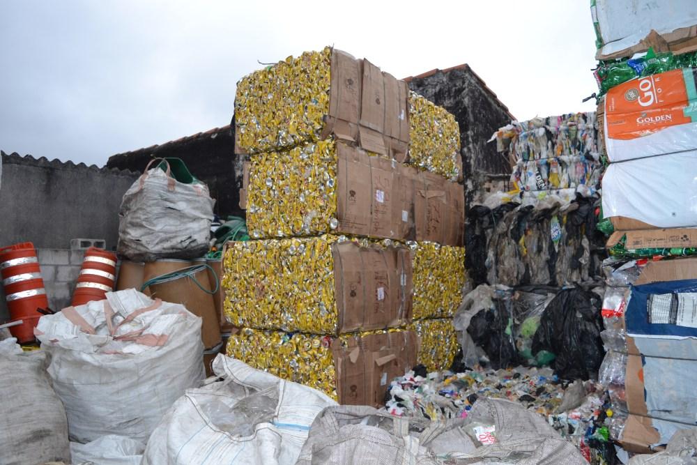 Recicláveis chegam à rede, para comercialização (Foto: Sam Santos)