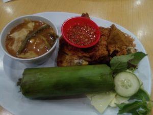 nasi timbel ayam penyel ala pak Tjomot Makassar