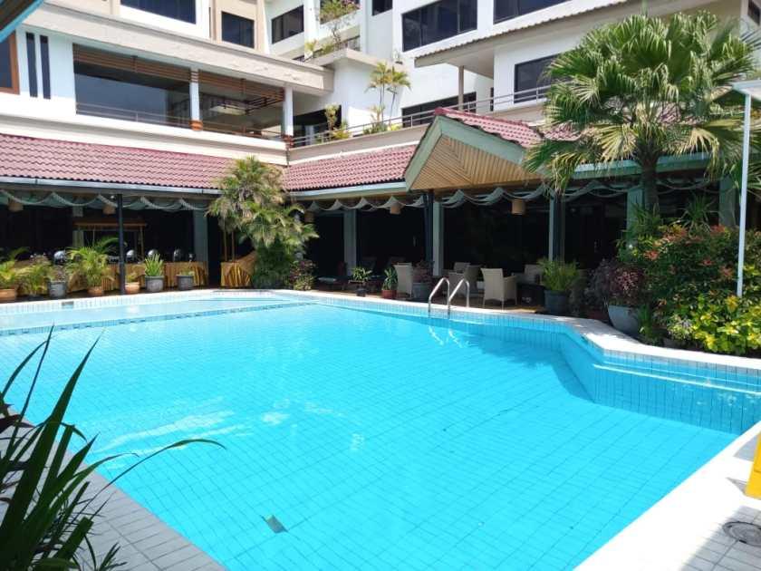 kolam renang regents park hotel