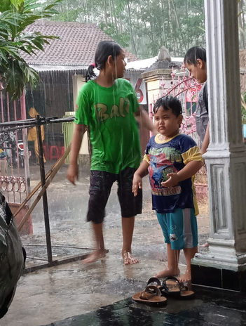 anak mandi hujan