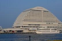oriental hotel. kayaknya enak nih nginep di sini. :p