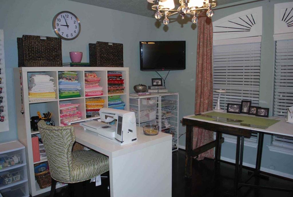 Cat Orchid Mempercantik Tampilan Sewing Cabinet