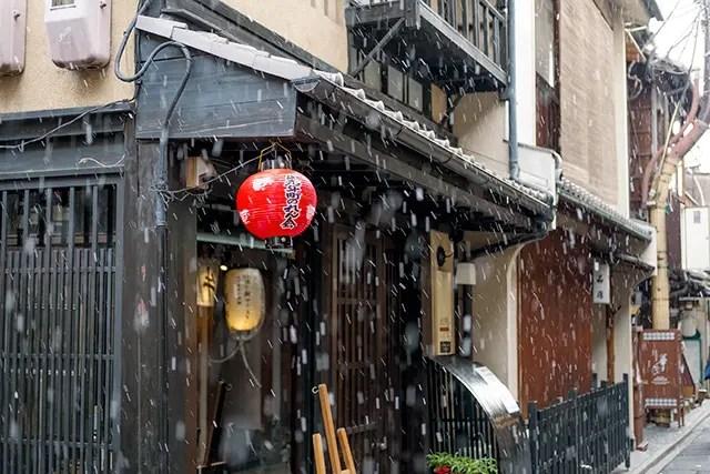 ところがどっこい、三条あたりは春の雪です!