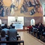 Catequizandos da 1ª Eucaristia participam de Adoração ao Santíssimo junto com os pais