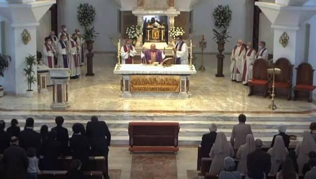 Multitudinario y emocionante funeral por Teresita: sacerdotes, familias y un gran número de niños