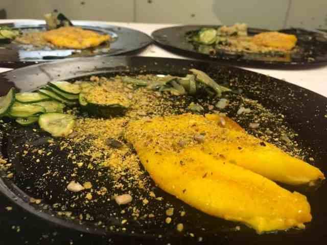 percorsi di gusto Pesce Sanpietro su bisca di gamberi con salsa di zaferano e panour di pistacchi con melange di semi