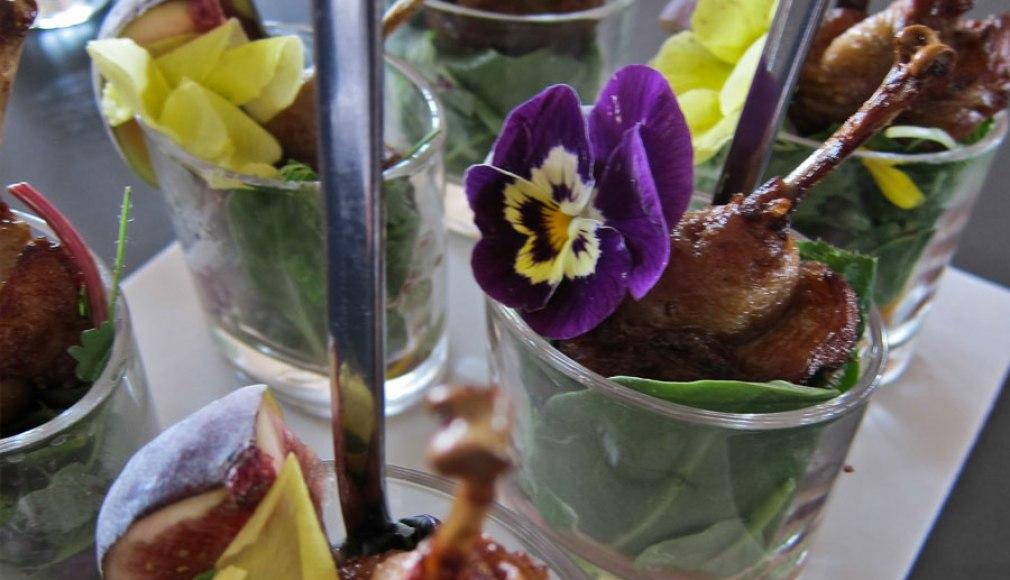 Wachtelkeulen an Glacialsalat als Amuse vor dem Gala Dinner.