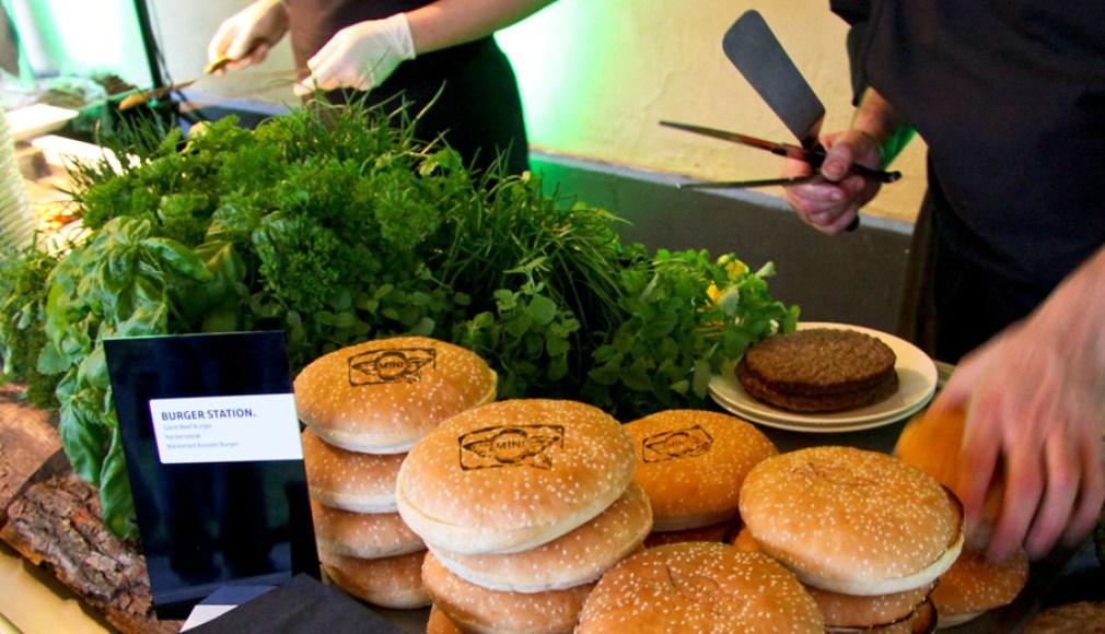 Wortwörtlich gebrandete Burger beim BBQ zur Roadshow.