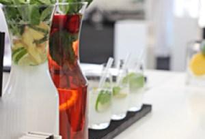 Hausgemachte Ingwer-Minz-Limonade und Erdbeer-Basilikum-Eistee